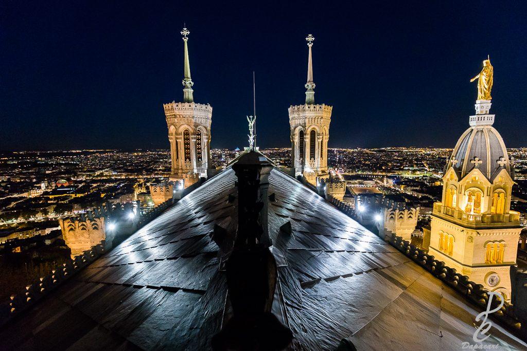 photo de nuit sur les toits de Fourvière avec vue sur Lyon