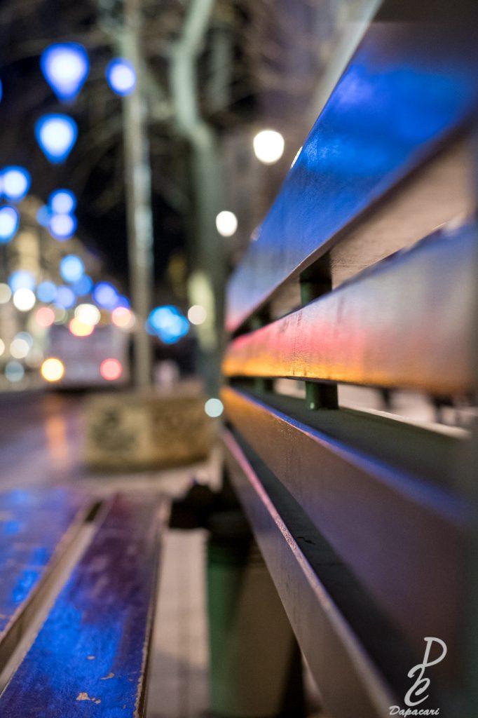 photo depuis un banc avec les lignes en avant bus Lyonnais en flou bokeh