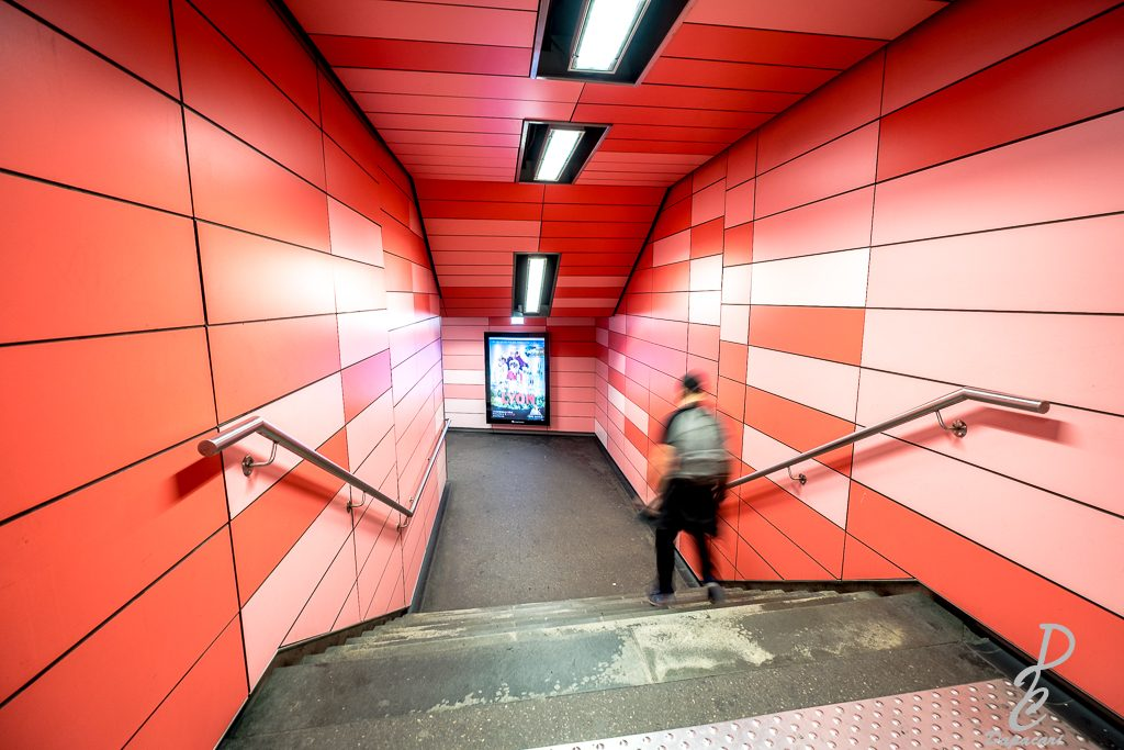 image metro charpennes architecture rouge et ligne, une personne en mouvement Fujifilm X-T3