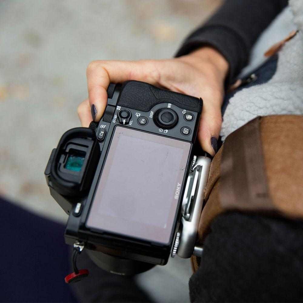 appareil photo sony accrocher au bretelle d'un sac à dos peak design capture