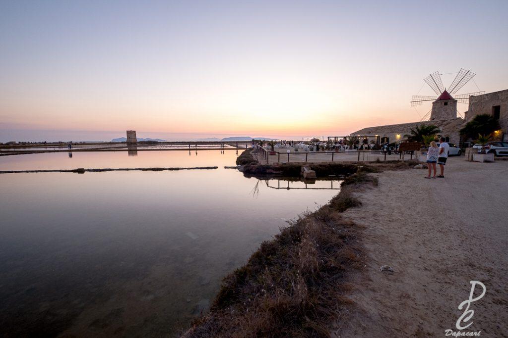 musée du sel en sicile à Nubia moulin a droite couleur violet dans le ciel