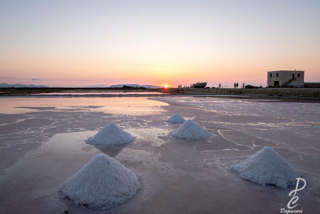 musée du sel au coucher de soleil à Nubia en Sicile tas de sel sur le marais salant avec couché de soleil