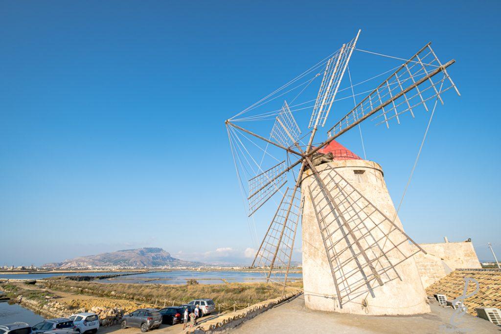les marais salant en Sicile à Nubia moulin à droite