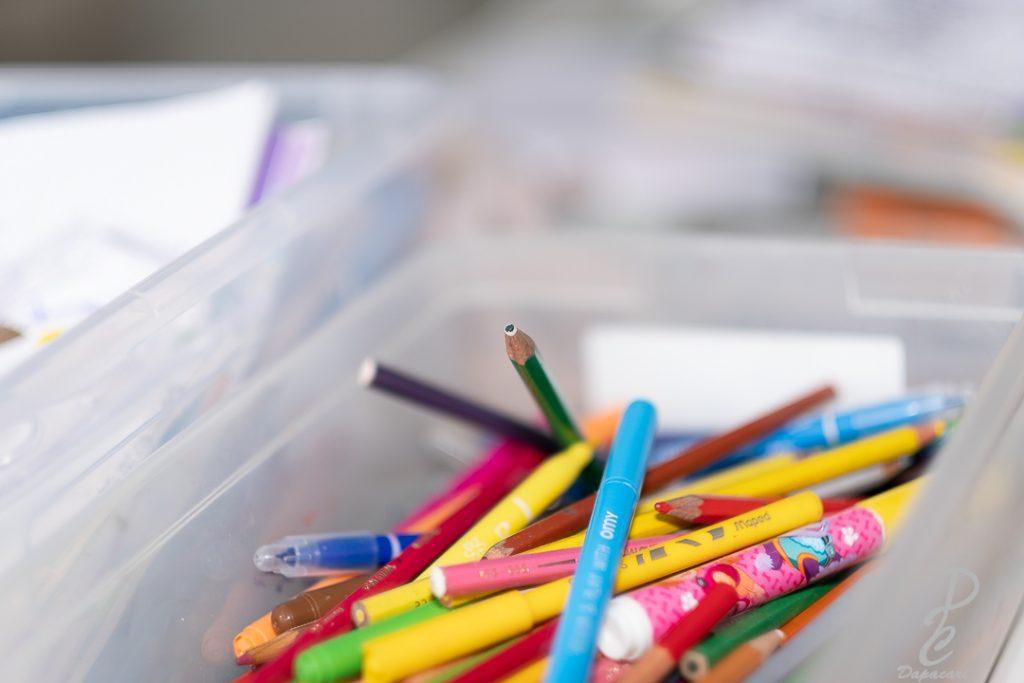 mise au point sur la mine d'un crayon de couleurs à très faible profndeur de champ dans un bac avec feutre et crayons
