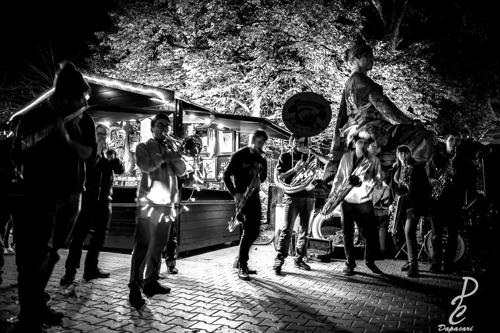 fanfare marché de noël de Lyon place carnot avec effet de mouvement