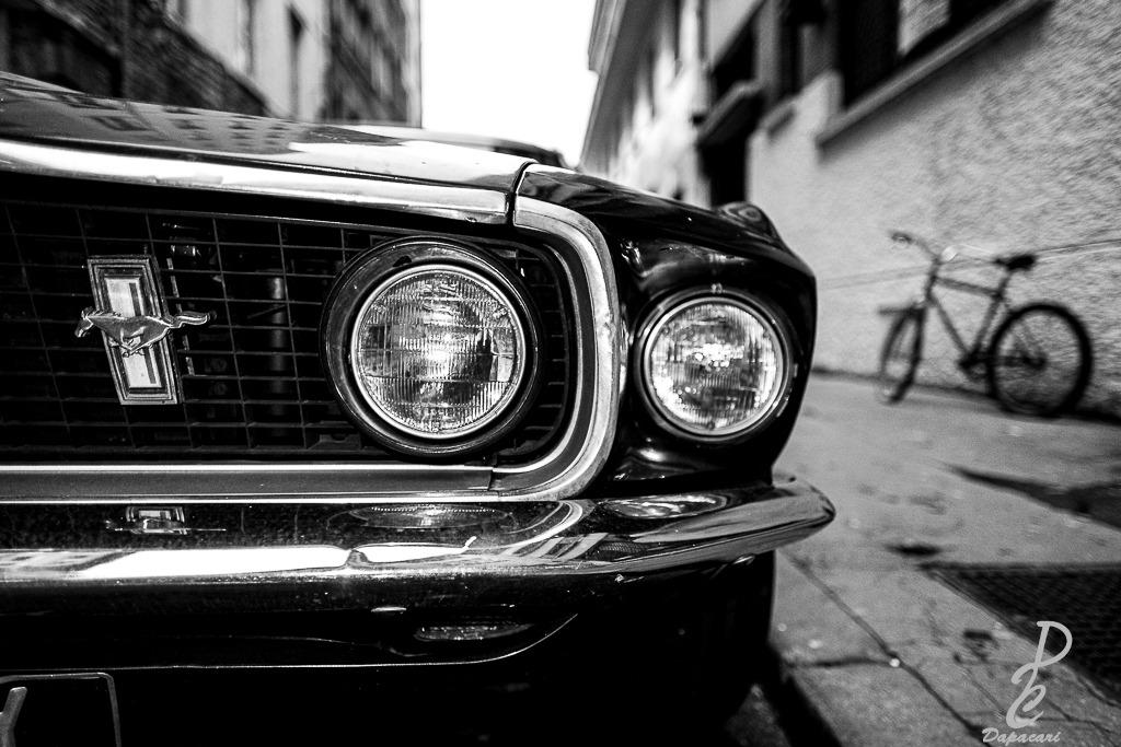 photo rapprochée sur une partie de la voiture mustang garée à Lyon