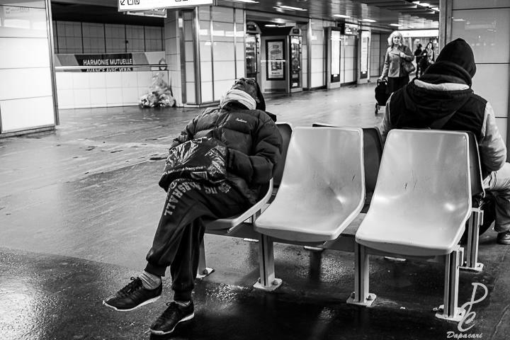 street photo dans le métro Lyonnais quelqu'un dort sur une chaise