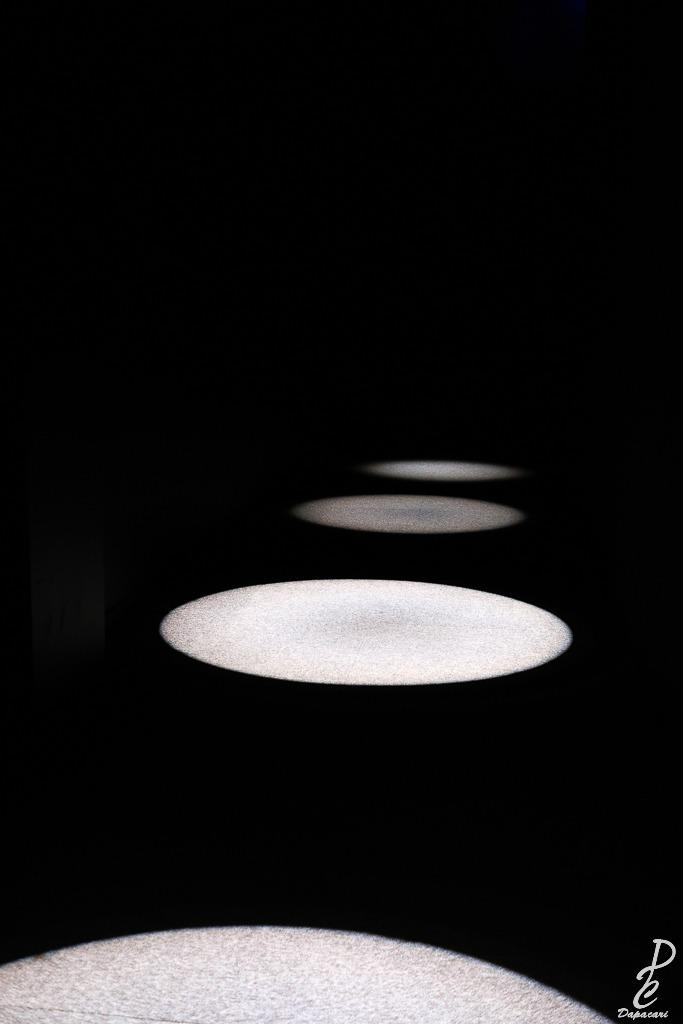 lumière en forme de rond d'entrée à l'exposition du petit prince à Lyon et Antoine de Saint-Exupéry